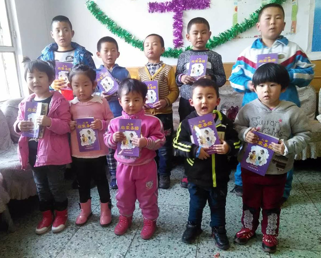 Chinese Bibles to little children-min