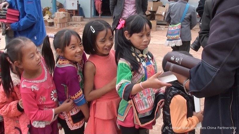 Minority children receive Bibles-min