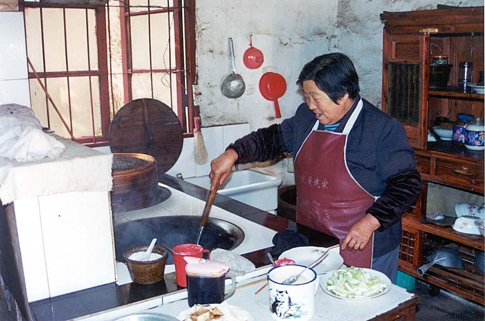 Yaolin church - elderly woman cooking lunch-min