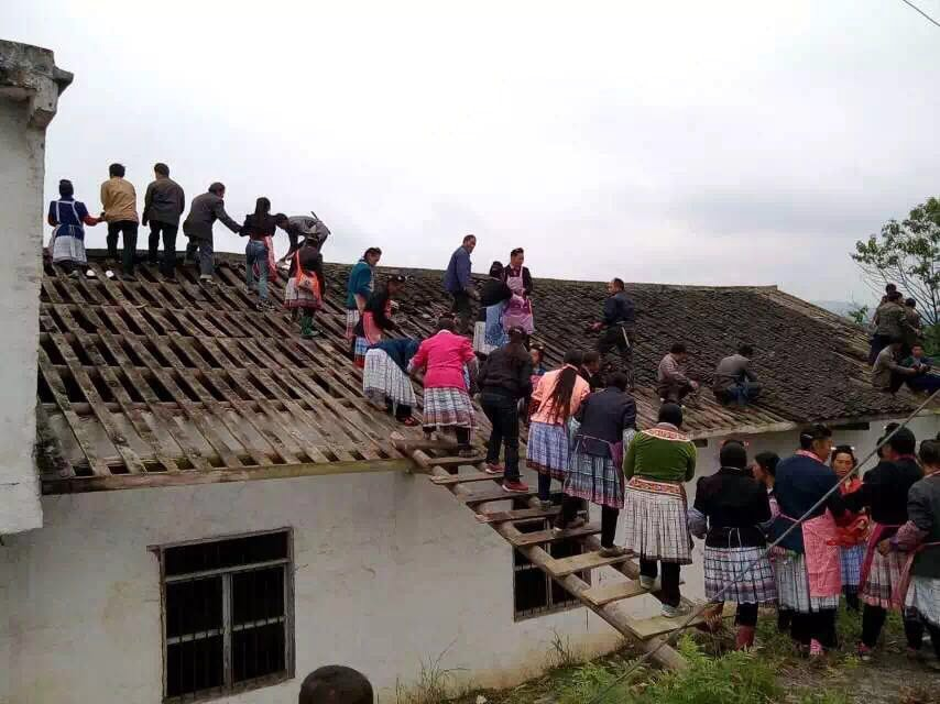 Yunnan church believers all help build roof-min