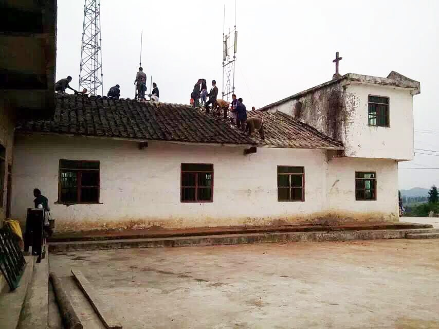 Yunnan church members build roof structure-min
