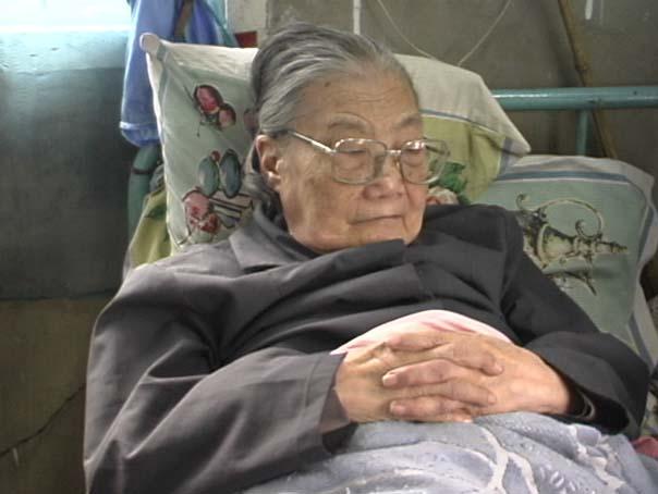 elderly woman in bed-min
